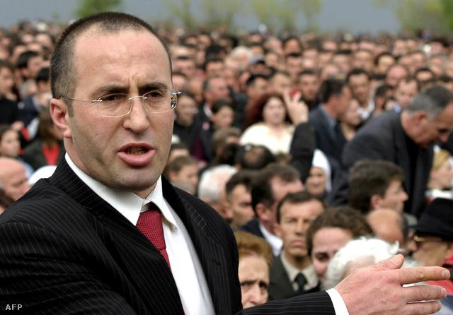 Ramush Haradinaj bátyja, Enver temetésén 2005-ben.