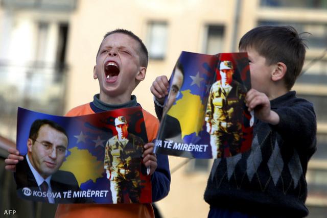 Koszovói albán gyerekek Haradinaj pószterrel a kezükben Pristinában, Koszovó függetlenségének 2008-as kikiáltásakor