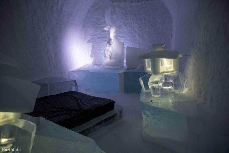 Az olvadékony hotelt minden évben újjá kell építeni, de ez nem csak azt jelenti, hogy a jeget pótolják: jég-és hószobrok, faragványok díszítik az egyes lakosztályokat