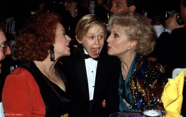 Ez is ugyanaz az este, Culkin megint sikítópózban, ezúttal Jayne Meadows és Betty White között.