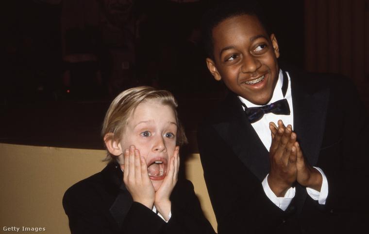 Itt például Jaleel White humorista mellett mutatja be Culkin a filmplakátról ismert pózt.