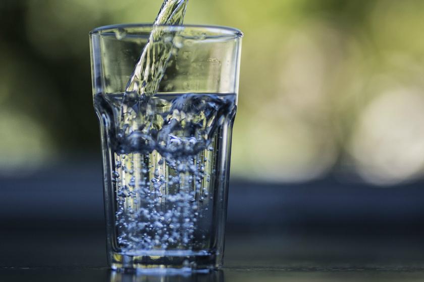 Pontosan mennyi vizet kell inni naponta? Az enyhe kiszáradás is növeli egyes betegségek kockázatát