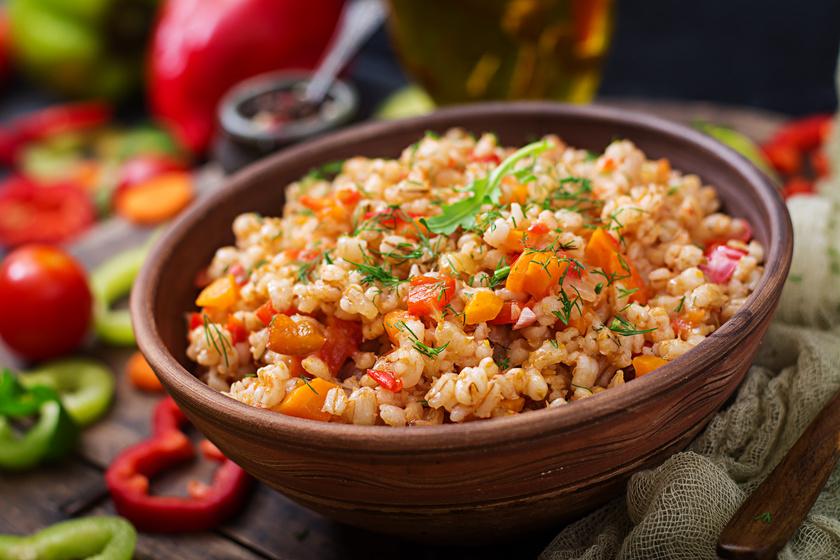 Az árpagyöngy, vagy más néven gersli töltött káposztába remek alternatíva a fehér rizs helyett, mivel alacsony a glikémiás indexe, sok fehérjét és rostot tartalmaz. Külön köretként is megállja a helyét. Lábasban, fedő alatt, lassú forrásban minimum 40 perc kell neki, hogy megpuhuljon. Turbózd fel különböző zöldségekkel és intenzív ízű fűszerekkel.