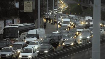 Torlódnak az utak Budapest irányába, kilométeres a kamionsor Románia felé