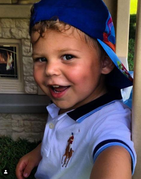 A kis Nicholas igazi vagány fiú, úgy tűnik, ő is úgy szereti a baseballsapkákat, mint édesapja.