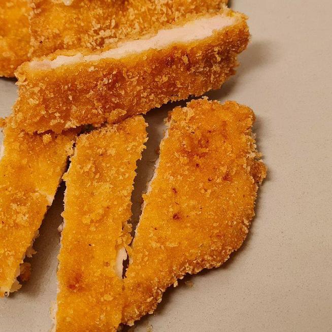 Elképesztően finom rántott csirkemell: a hús kukoricaprézliben van megforgatva