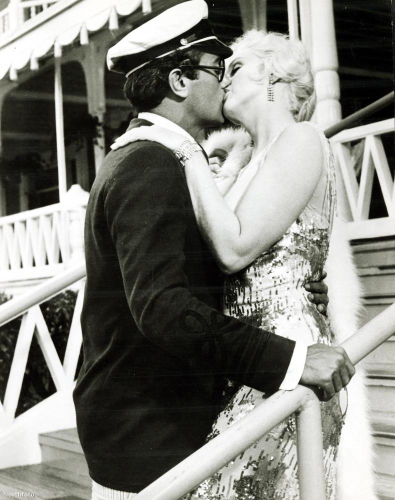 Néhány figyelemfelkeltő csókrólmár korábban is olvashatott a Velveten, mostani lapozgatónkban viszont olyan filmes csókjelenetekről értesülhet, melyek a benne szereplő sztárok szerint kínos vagy egész egyszerűen csak pocsék volt.Marilyn Monroe és Tony Curtis a Van, aki forrón szeretic