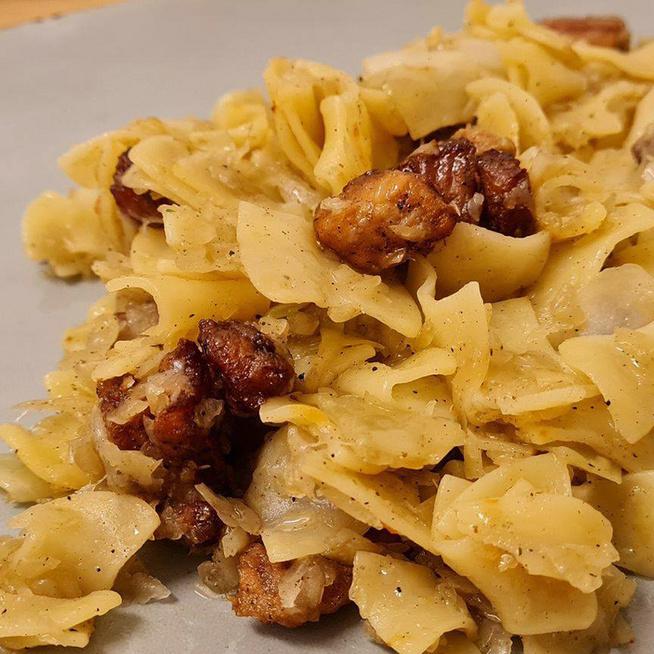 Káposztás tészta újragondolva: pirosra sült sertéshússal egybeforgatva kerül az asztalra