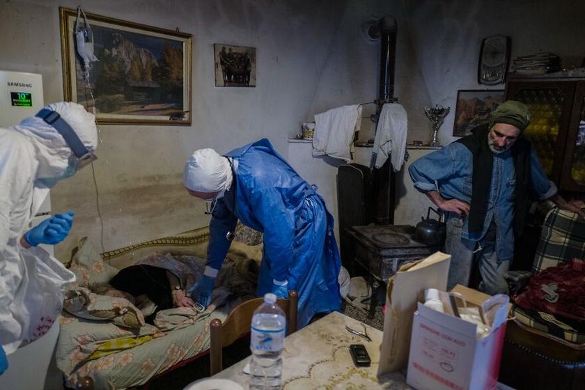 Miután a járvány terjedni kezdett Olaszországban, Luigi Cavanna, a Piacenza Kórház onkológiai osztályának vezetője úgy döntött, hogy a betegség kezelésének legjobb módja a korai kezelés. Elkezdte látogatni a betegeket otthonukban, és ily módon több mint 365 beteget mentett meg.