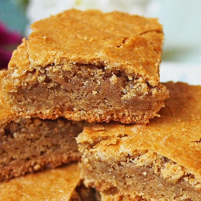 Belül krémes, kívül roppanós fahéjas sütemény: olyan, mint egy brownie