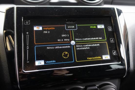 Nagyon szedi a szöszt az infotainment panelje, de egyébként egészen könnyen kezelhető. Tud Android Autóul