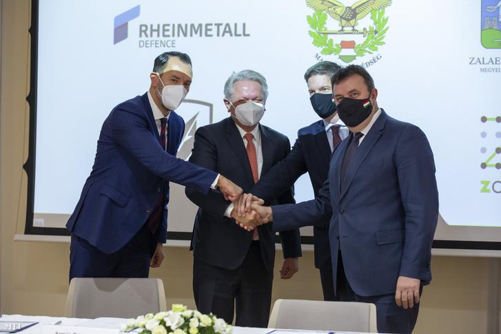 Alexander Sagel, a Rheinmetall AG fegyver- és lőszerosztályának vezetője, Armin Papperger, a Rheinmetall AG igazgatótanácsának elnöke, Maróth Gáspár védelmi fejlesztésekért felelõs kormánybiztos és Palkovics László innovációs és technológiai miniszter (b-j) kezet fognak a Lynx-harcjárműgyár ünnepélyes alapkőletételén a zalaegerszegi ZalaZone járműipari tesztpálya fogadóépületében 2020. december 17-én