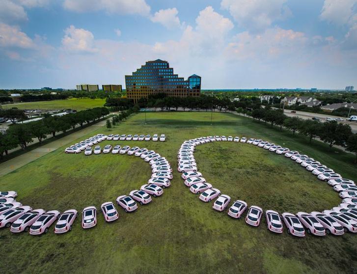 """2019-ben ünnepelte a Mary Kay Inc. a """"career car"""" program 50 éves évfordulóját, stílszerűen pink                         Cadillacekkel"""