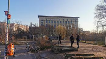 Lángolt Berlin leghíresebb technoklubja, a Berghain