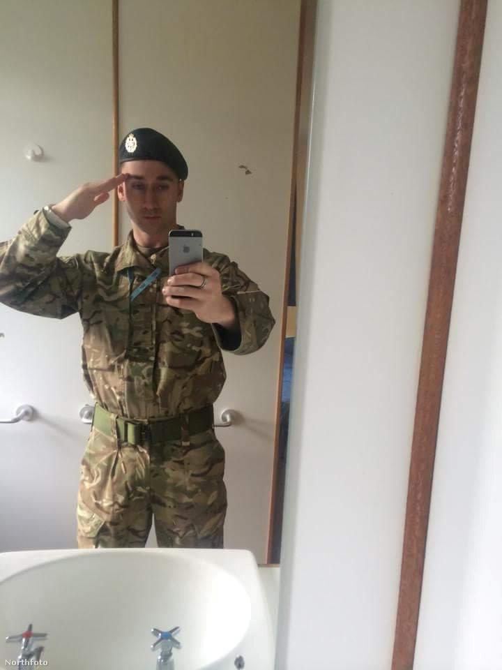 Az Edinburgh-ban élő férfi elmondása szerint félénk kamasz volt, aki ügyvédnek készült, de két év után otthagyta a jogi kart, és beállt a légierőhöz
