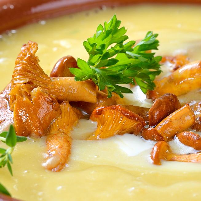 Krémes burgonyaleves pirított gombával gazdagítva: tejfölös habarással lesz még finomabb