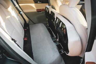 A hátsó üléslap felhajtható 60:40 arányban, a háttámlával szimmetrikusan, sík rakodófelületet képezve
