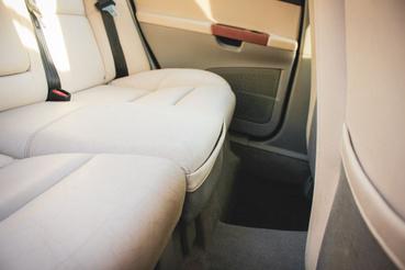Rejtett tárolózsebekből van az első két ülés elején, hátulján és a két hátsó ülés között