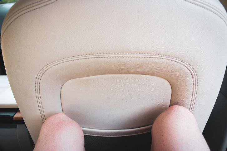 183 centis sofőr mögött is elfér egy 183 centis utas, az ülések formája több helyet ad a térdeknek