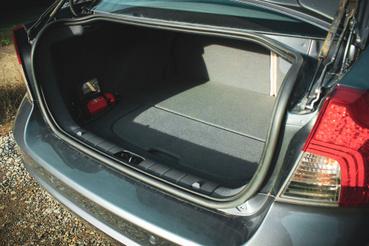 A csomagtér szögletes, könnyen pakolható, középen elválasztható. A padló alatt egy mankókerék kapott helyet