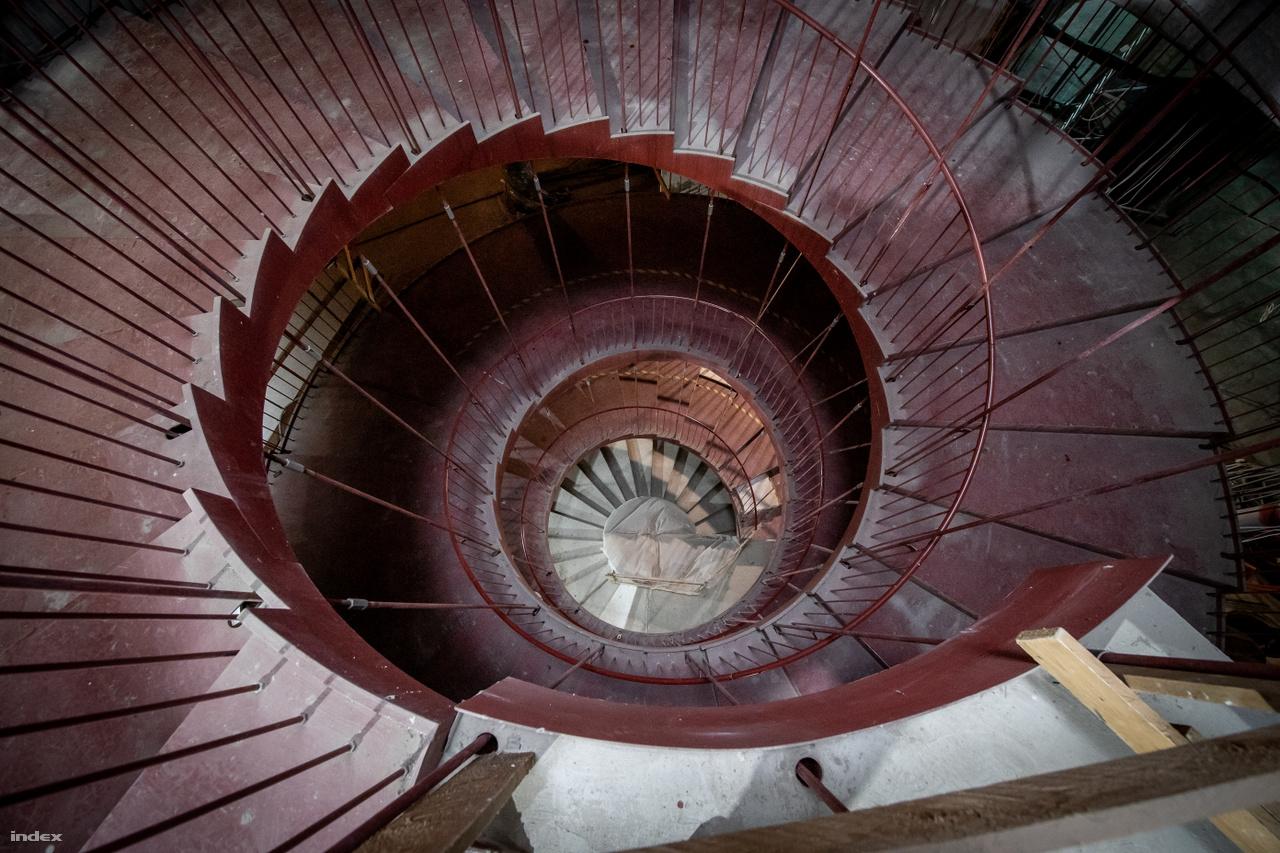 Az épület centrumába tervezett lépcső akár műalkotásként is értelmezhető.