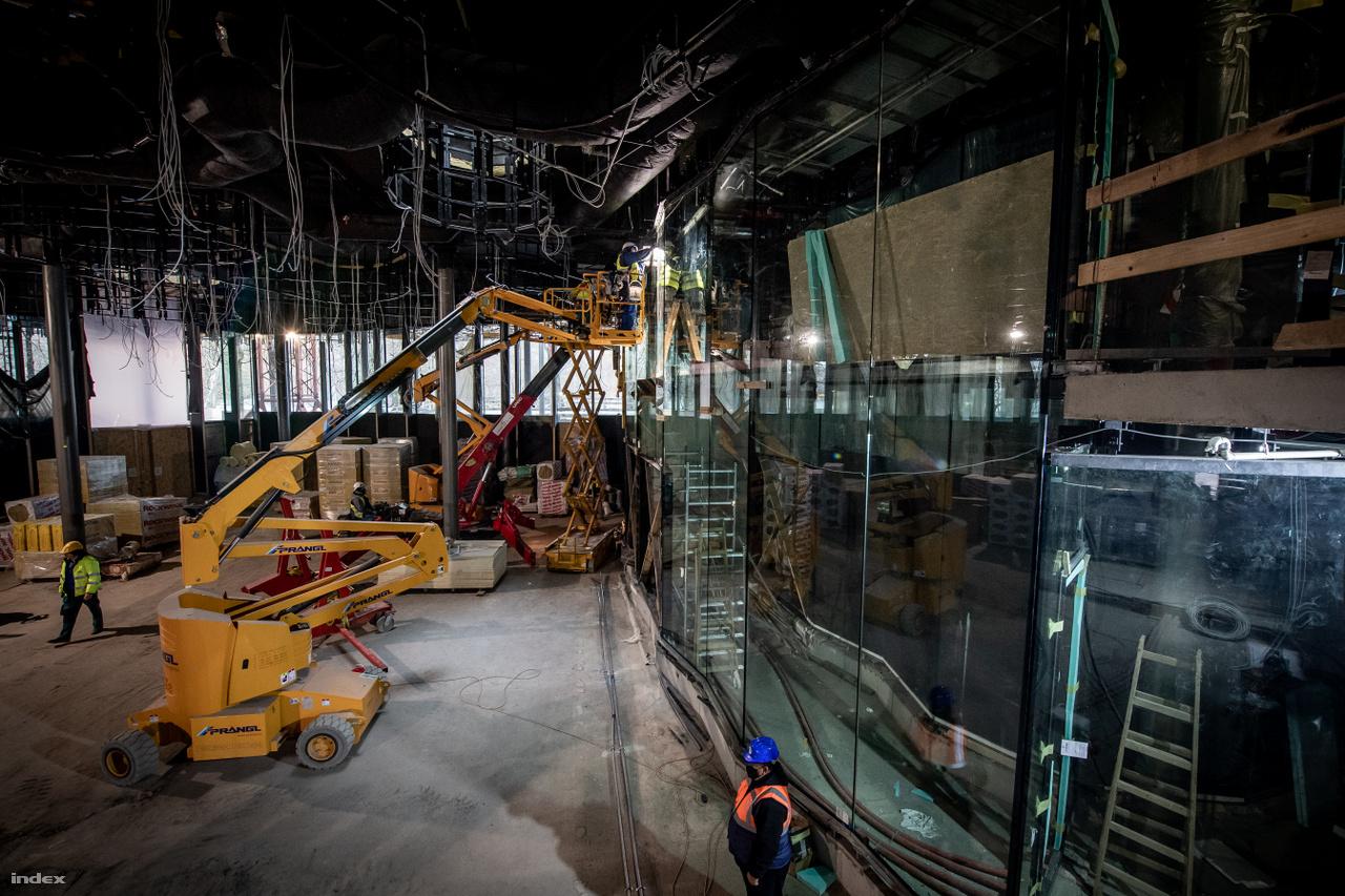 A  Magyar Zene Háza üvegfala az épület légiességét, transzparenciáját és egyediségét biztosítja. A homlokzati üvegfal 94 darab egyedileg gyártott, osztatlan és hőszigetelt panelből áll, melyek az épület egyes szakaszain elérik a közel 12 méteres magasságot is.