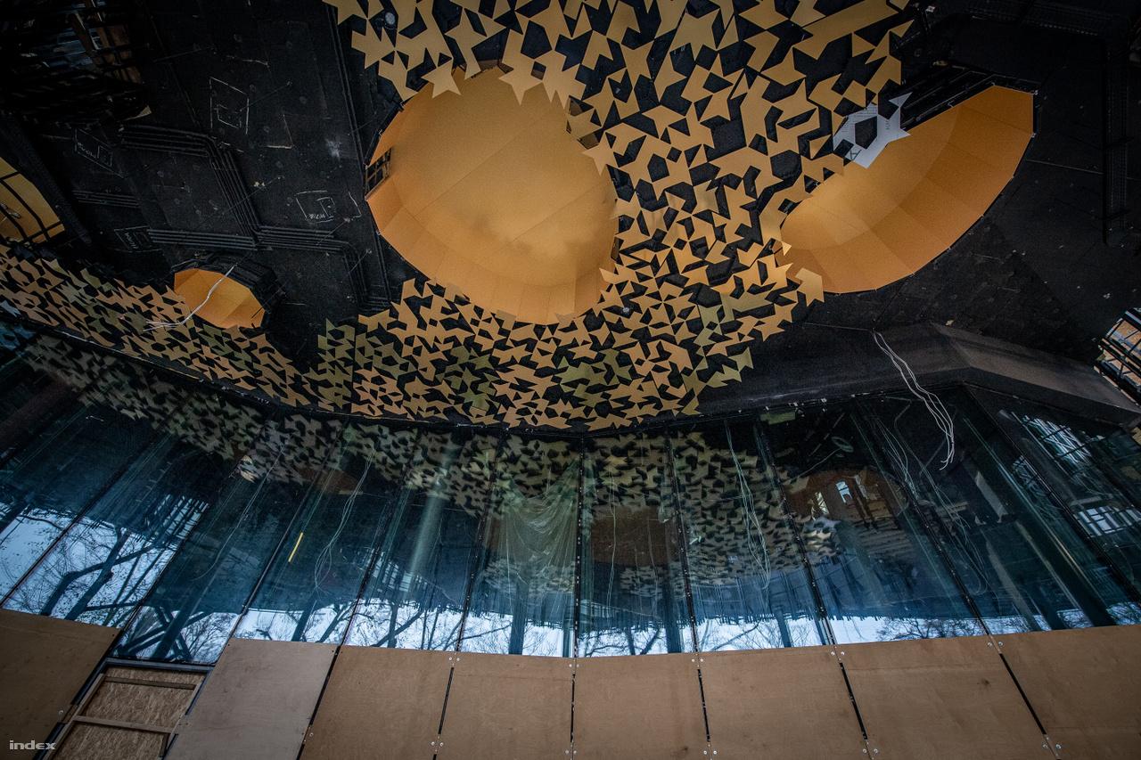 Az épület előtt kis szabadtéri színpadot alakítottak ki, amely felülről védett. A készülő mennyezet dekorációt a Zeneakadémia díszterménben látható motívumok ihlették.