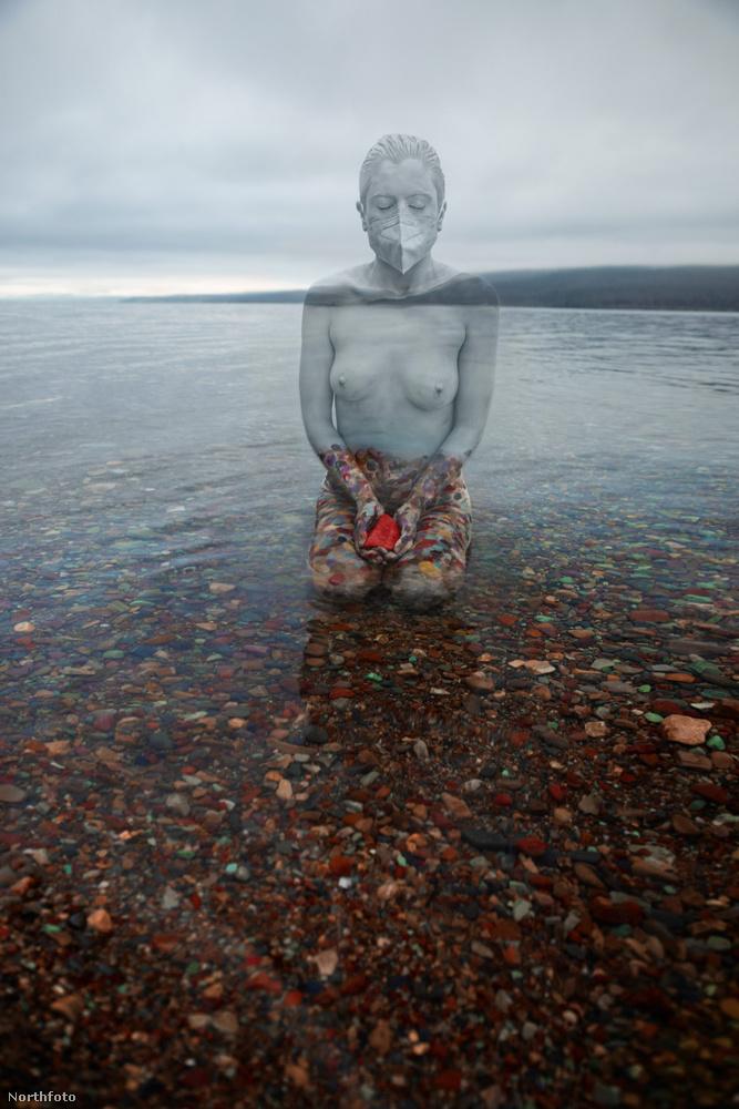Reméljük, a vízben térdelő modell nem fázott meg