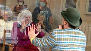 A nap képe: az ablakon keresztül adtak műsort egy brit idősotthon lakóinak