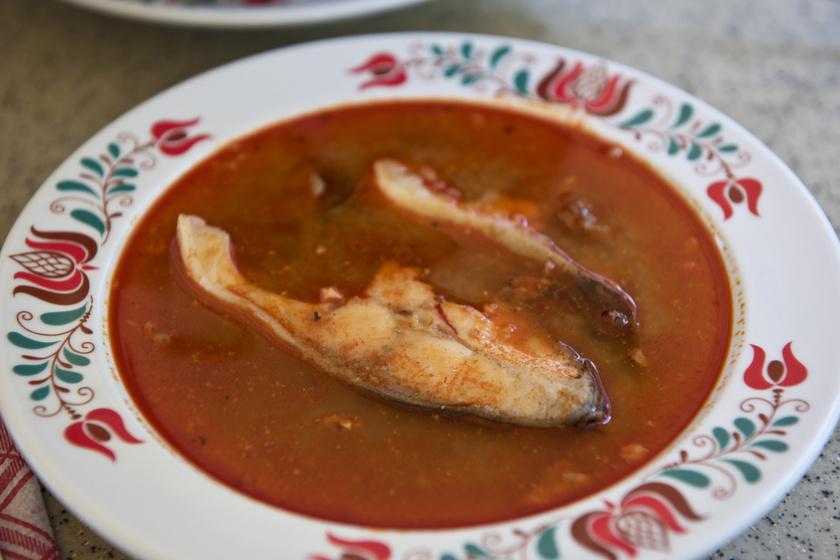 Magyaros karácsonyi halászlé az ünnepi asztalra: a sok hagymától lesz jó sűrű