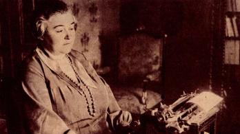 Sokkolta kortársait az első profi magyar írónő