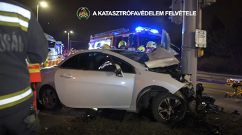 Így mentették ki a tűzoltók az autóba szorult nőt a fővárosban