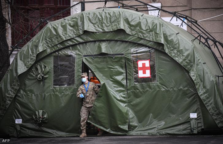 A katonai egészségügyi személyzet egy tagja Bukarestben 2020. december 18-án.
