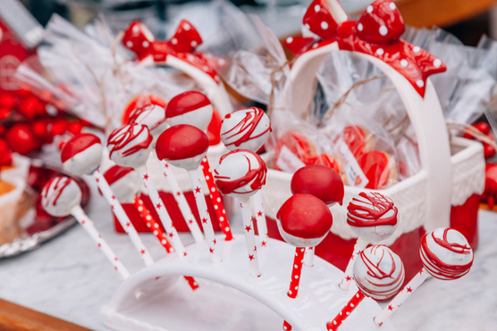Ételfestékkel akár karácsonyi színeket is adhatsz a csokinak.