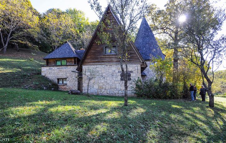 Az erdélyi Kalotaszeg egyik kultúrális emlékhelye a Kós Károly által 110 éve tervezett sztánai Varjúvár. A kúriák, erődtemplomok és vidéki népi építészet elemeit ötvöző alkotó és lakóházat 1925-ben toldalékkal bővítette a mester. Ma is erdélyi körutazások egyik látványossága.