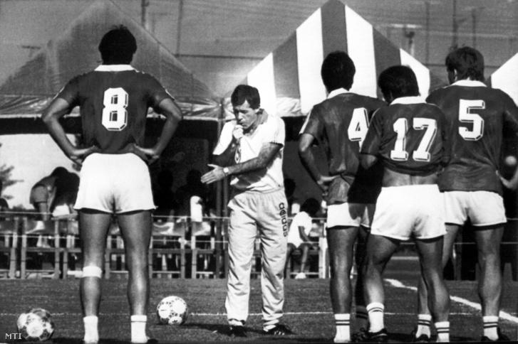 Mezey György eligazítást ad a május 28-i edzésen Nagy Antalnak, Varga Józsefnek, Burcsa Győzőnek és Kardos Józsefnek a mexikói labdarúgó vb idején.