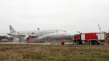 Utasokat mentettek a lángoló repülőből a debreceni tűzoltók