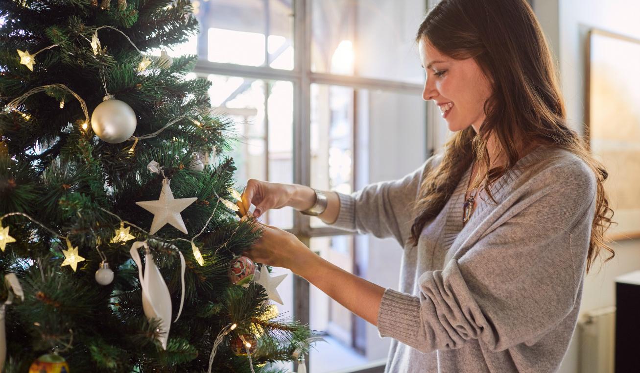 csillogó karácsonyfadísz nyitó