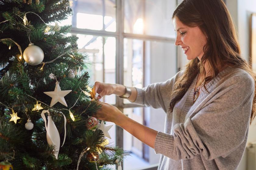 Így készíts házilag gyönyörű karácsonyfadíszeket: csak olló, csillogó papír és ragasztó kell hozzá