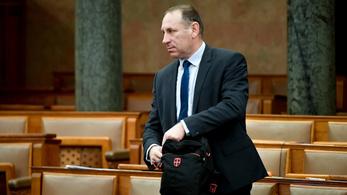 Szabó Ferenc Lajos váltja a vesztegetéssel gyanúsított képviselőt