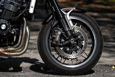 A Z900-nál jobb fék és érdekesebb futóműhangolás. A felni pedig remekmű