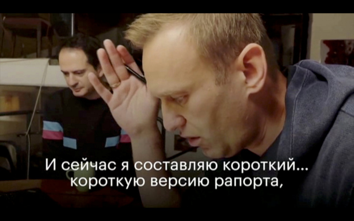 Alekszej Navalnij merénylőjével beszél telefonon.