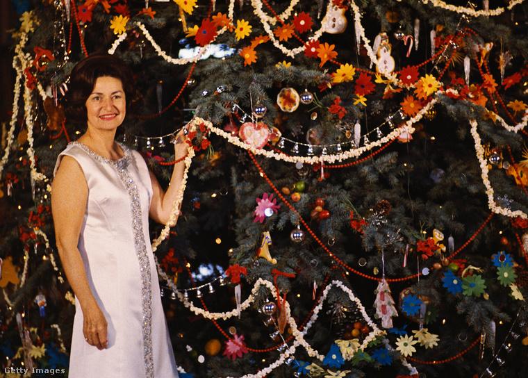 A szórakozott Marika nem vett elég karácsonyfadíszt, úgyhogy kénytelen volt a húsvéti dekorációt is feltenni a fára - helyett csodálják meg Mrs