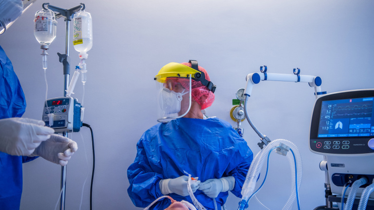 Nem csökken 180 alá a koronavírus halálos áldozatainak száma