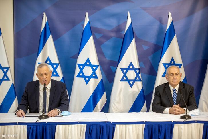Gantz izraeli védelmi miniszter (balra) és Netanjahu miniszterelnök egy 2020-as sajtótájékoztatón júliusban Tel Avivban
