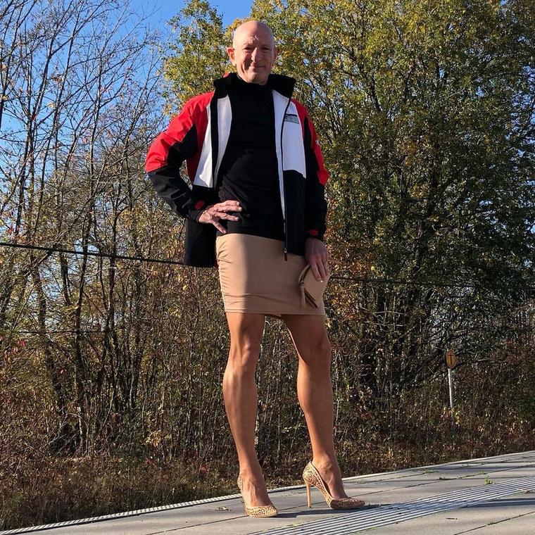 A férfi már 11 éve házas, felesége segít neki kiválogatni a szettjéhez illő cipőket, lánya pedig gyakran kölcsönkéri apja tűsarkúit