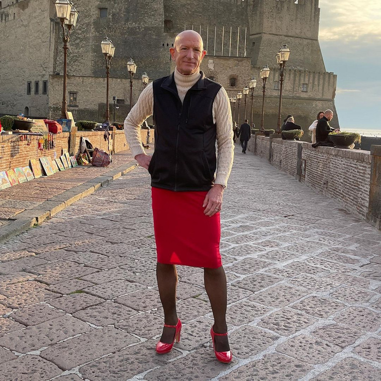 Bryan nem rajong az egyberuhákért, alul szoknyát, felül pedig férfiruhákat, ingeket, zakókat szeret hordani, hogy összemixelje a férfiakra és nőkre jellemző ruhadarabokat