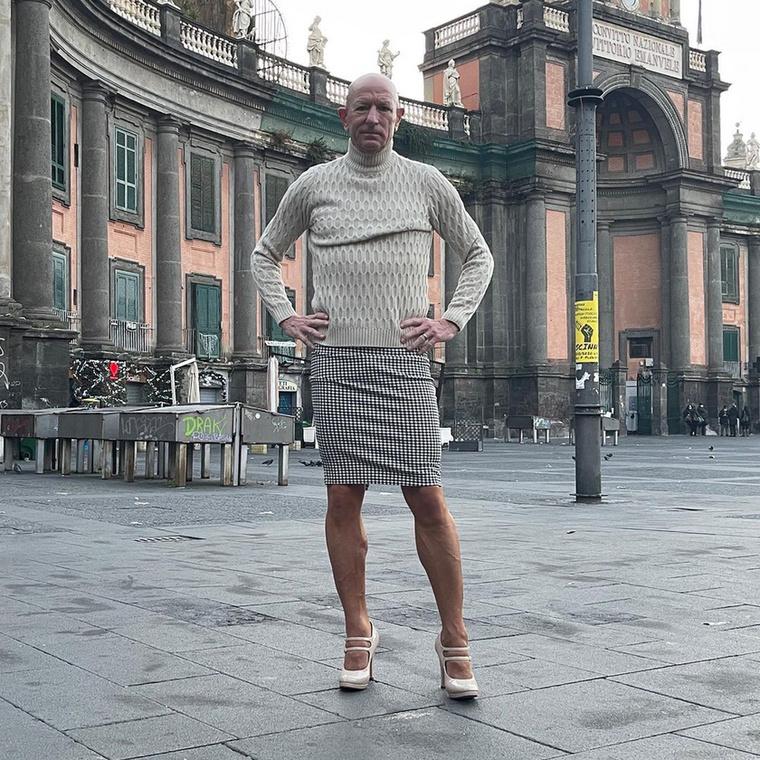 Csak egy átlagos, házas, heteroszexuális férfi vagyok, aki rajong a Porschékért, a gyönyörű nőkért, és szeret szoknyát és tűsarkút viselni