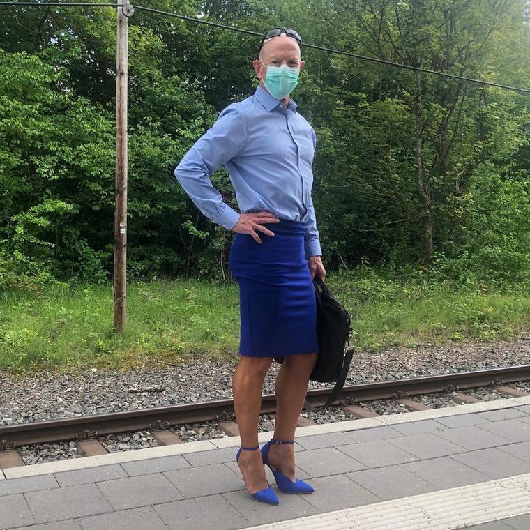 Ahogy említettük: szereti a szoknyákat férfiingekkel párosítani, ezen a képen pedig még a szájmaszkja színe is passzol az outfithez
