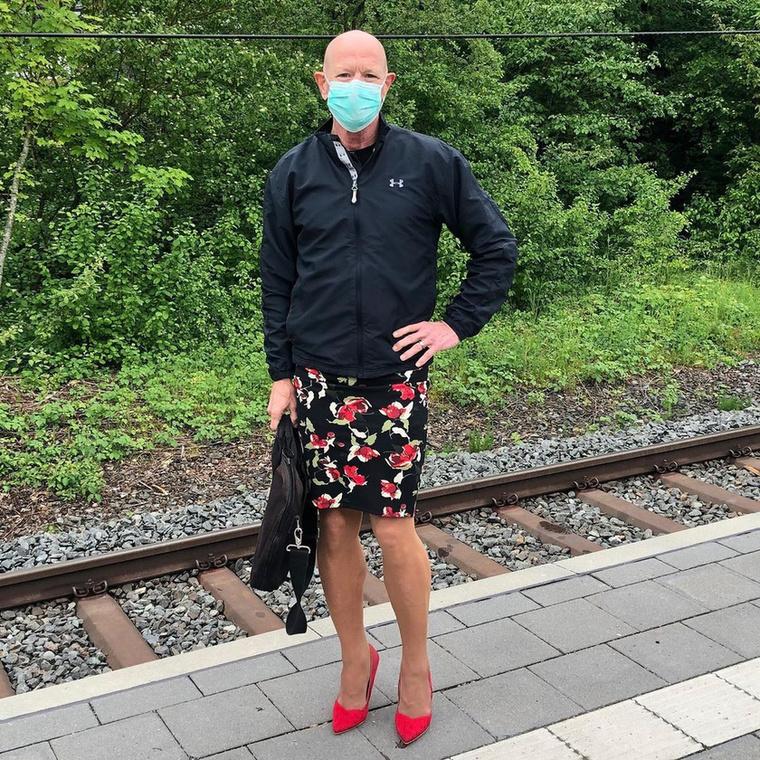 A férfi a koronavírus miatt csak feleannyi időt tölt az irodájában, mint eddig, de ettől függetlenül ugyanolyan aprólékos odafigyeléssel válogatja ki a ruháit, mint előtte